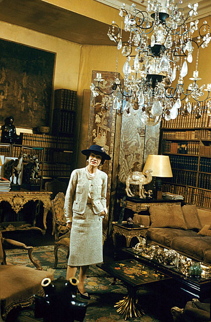 coco-chanel-standing-in-sitting-room-no-5-chandelier-Chanel-31-rue-cambon